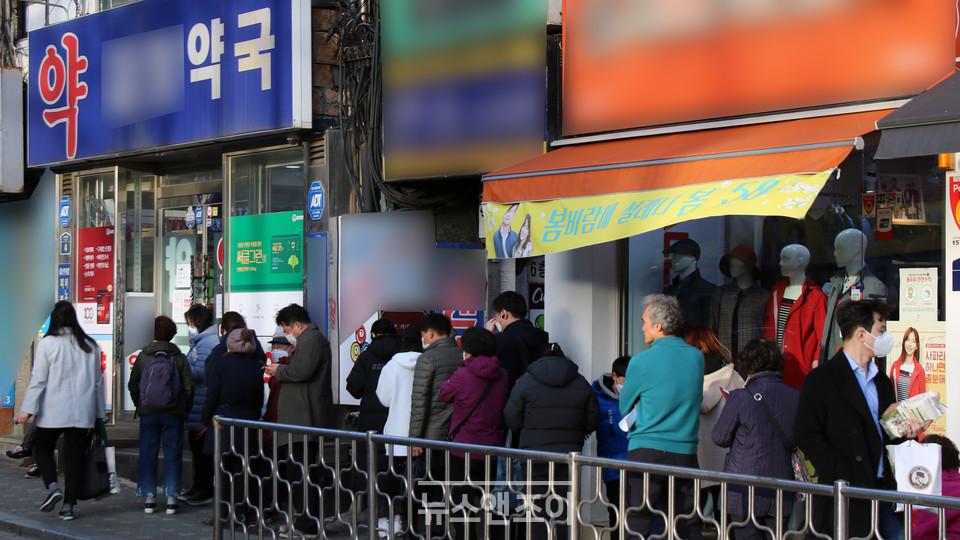 3월 13일 오후 시민들이 마스크 입고 시간에 맞춰 약국 앞에 길게 줄을 서 있다. 이주민 상황을 잘 알고 있는 목회자들은, 건강과 생계, 혐오 문제로 힘들어하는 이주 노동자들을 위한 정책적 배려와 관심이 시급하다고 말했다. 뉴스앤조이 최승현