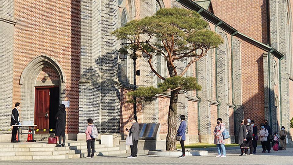 '사회적 거리 두기'. 지난 5월 5일 명동성당에서 미사를 드리러 온 신자들이 성전에 입장하기 위해 일정한 간격으로 줄을 서서 차례를 기다리고 있다. 사진 제공 정중규
